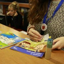 El personal del Centro de Visitantes de Segovia ofrece información a medida para familias con niños