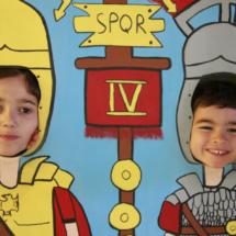 Los pequeños se pueden hacer una foto de romanos en la Oficina de Turismo de Segovia