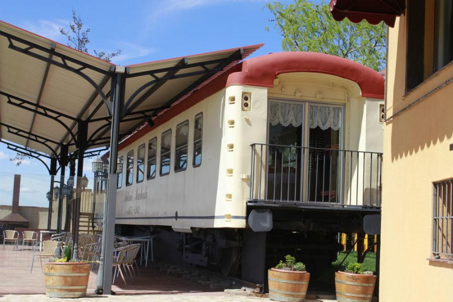 Uno de los comedores de La Postal es este vagón de tren, reservado a parejas sin niños