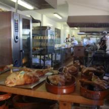 Los asados de cochinillo y cordero son la especialidad del restaurante La Postal