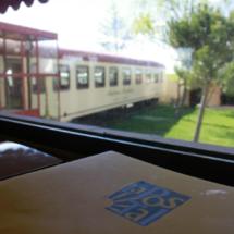 Vistas del vagón Antonio Machado desde la sala del restaurante La Postal