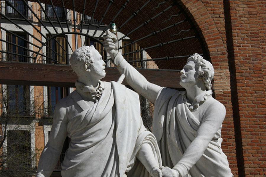Estatua de Daoiz y Velarde en la Plaza del 2 de Mayo de Madrid