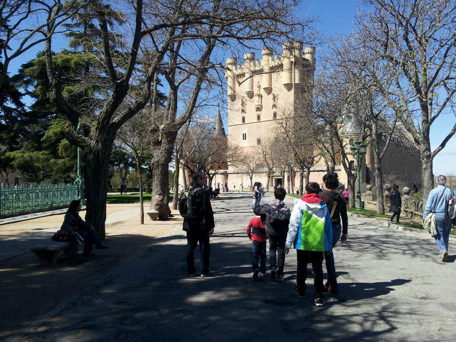 Paseo por Segovia; al fondo, el Alcázar