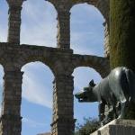 El acueducto de Segovia, con niños