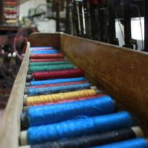 Hilos de seda teñidos de diferentes colores