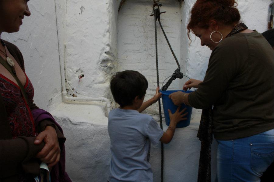 Extraer agua de un antiguo pozo es una de las experiencias que los niños pueden vivir en Conil.