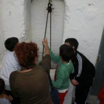 En esta ruta, los niños pueden colaborar en obtener agua de un antiguo pozo.