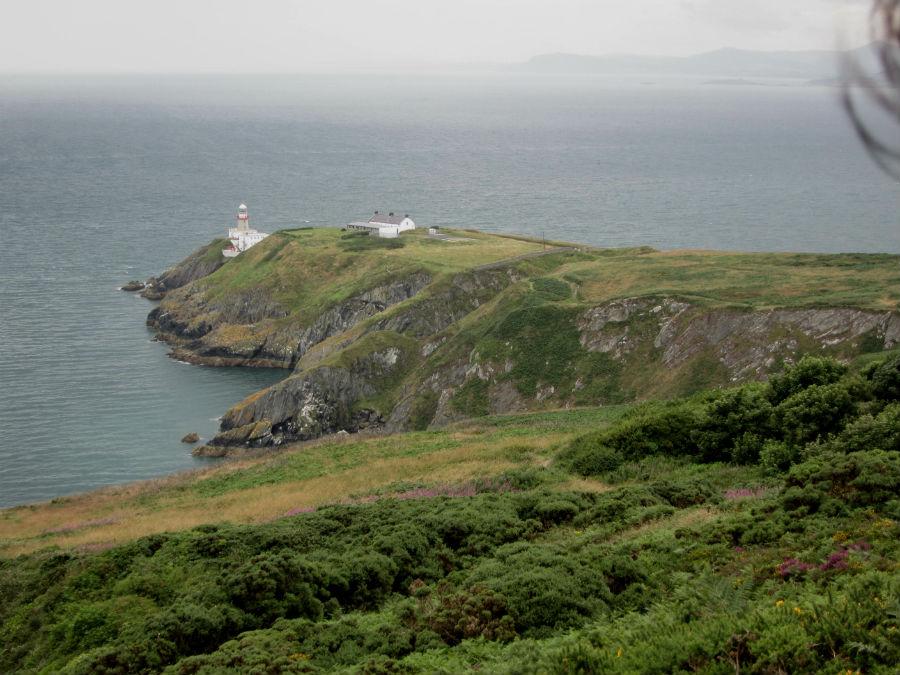Vista de los acantilados de Howth, en Irlanda, cerca de Dublín. Al fondo, el faro de Bailey.