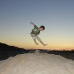 Pablo aprovecha la arena para hacer piruetas aéreas al tardecer