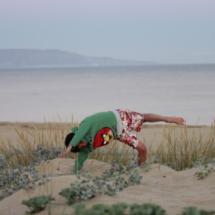 Sergio, haciendo una voltereta sobre la arena