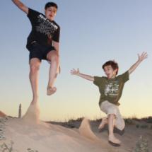 David y Pablo, disfrutando sobre la arena al atardecer