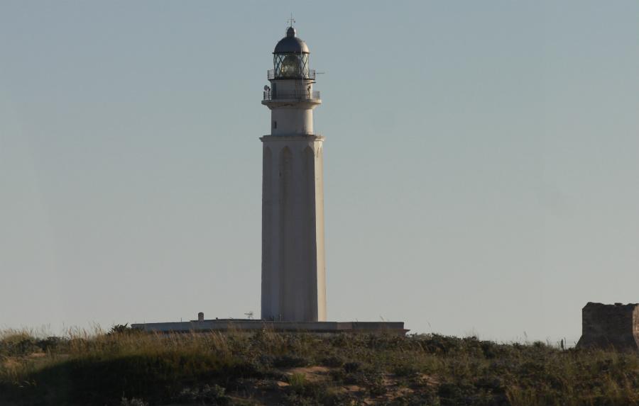 Vista del Faro de Trafalgar antes de la puesta del sol