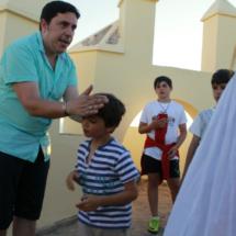 El guía de la ruta, Pedro, explica a los niños la técnica de la pesca del atún con almadraba