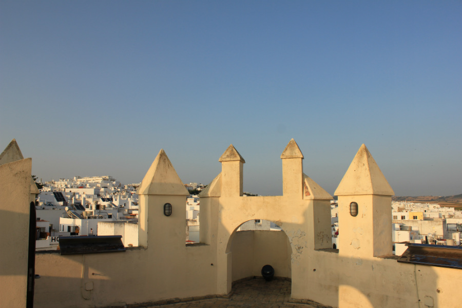 Vista de las almenas de la Torre de Guzmán, en Conil de la Frontera