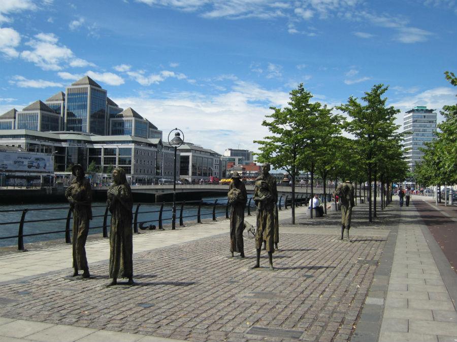 Monumento a las hambrunas junto al río de Dublín
