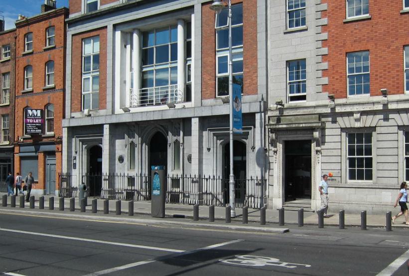 Hay puntos de anclaje de bicicletas por todo en centro de Dublín.
