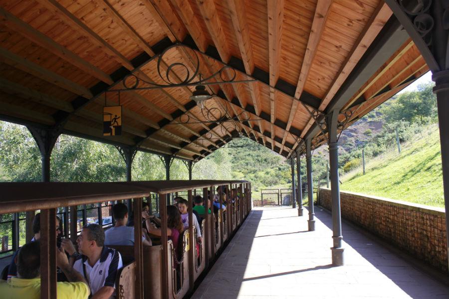 A la Cueva de El Soplao se llega en un tren minero.