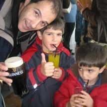 En la degustación final, los niños toman refrescos, en lugar de cerveza