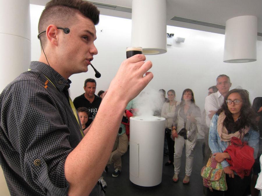 En una parte de la visita, un gúia explica cómo hay que desgustar la cerveza Guinness