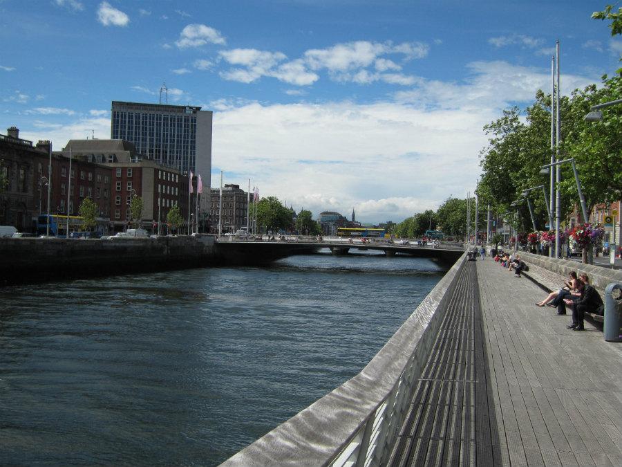 Muelles junto al puente Rosie Hackett, en Dublín