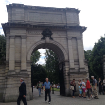 Por este arco de Fusileros se accede al Parque Saint Stephen de Dublín.