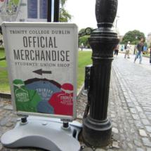 En el Trinity College se pueden comprar souvenirs oficiales