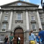 Trinity College y el Book of Kells, con niños