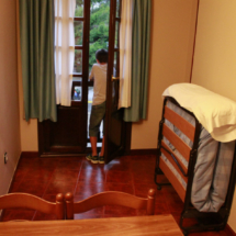 Salón comedor de un apartamento de El Capriccio, con cama supletoria