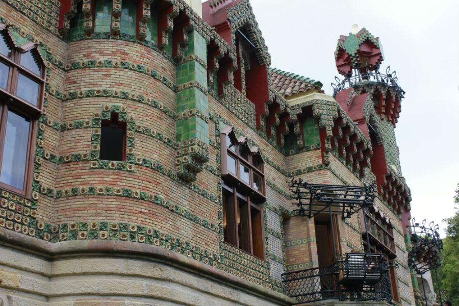 El estilo de Gaudí es fácilmente reconocible en El Capricho