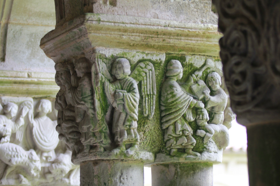 Capitel del Juicio Final del claustro de la Colegiata de Santillana del Mar