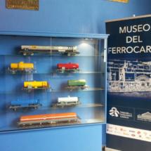 Vitrina con muestras de modelismo ferroviario en el Museo del Ferrocarril
