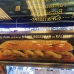 Cartel del bar El Brillante, famoso por sus bocadillos de calamares