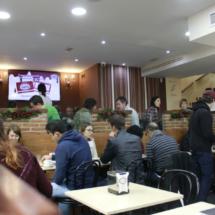 Ambiente de uno de los salones de la chocolatería Los Artesanos de Madrid
