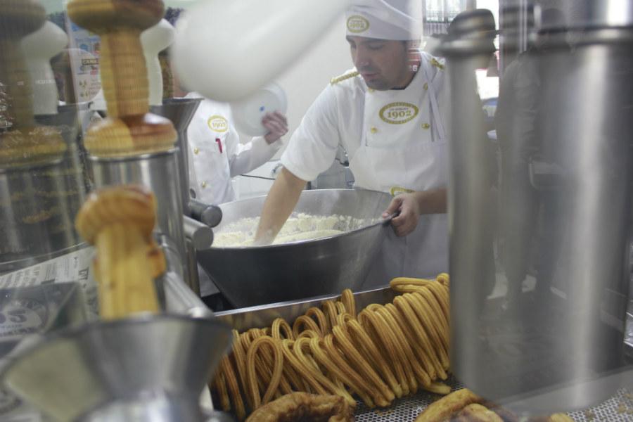 En la chocolatería Los Artesanos de Madrid se puede ver cómo el artesano hace los churros