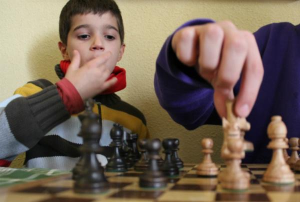 El ajedrez es un juego de estrategia que estimula la inteligencia de los niños, y un buen plan gratis para una tarde en casa.
