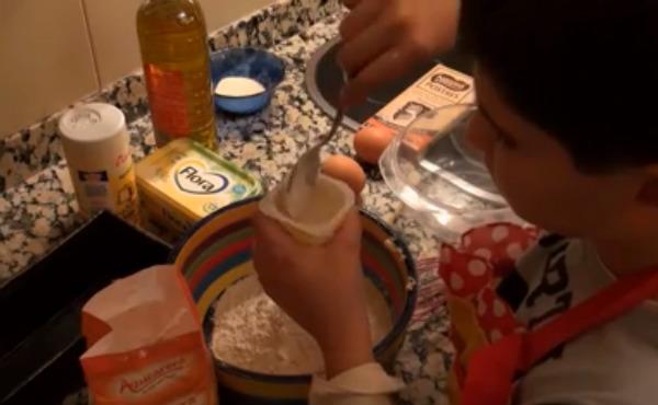 Cocinar con los niños es un plan estupendo para realizar en casa