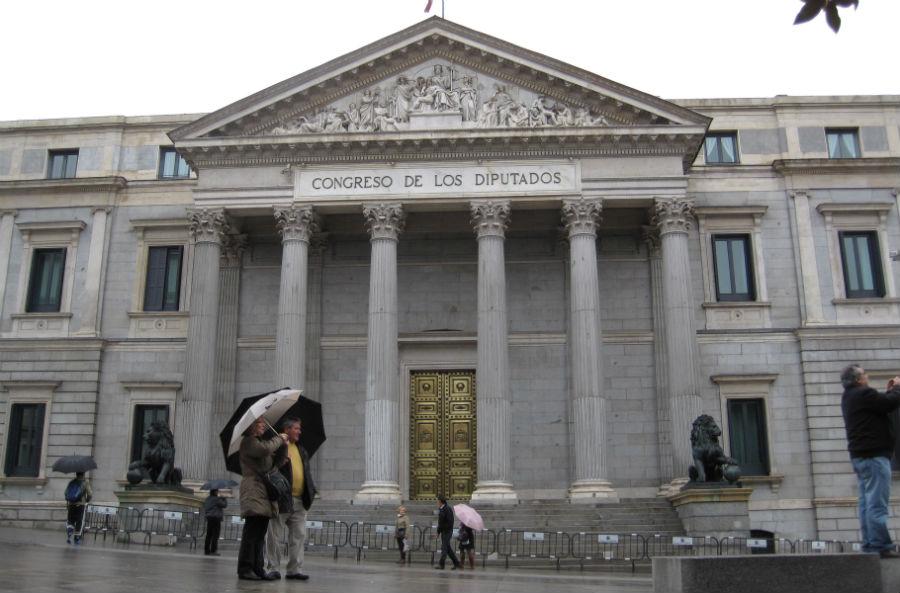 Hacerse una foto en la Puerta de los Leones del Congreso de los Diputados es todo un clásico...
