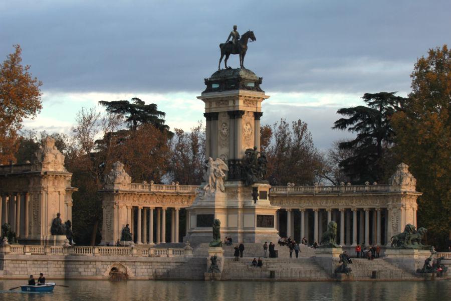 Vista del monumento a Alfonso XII en el lago del Parque de El Retiro