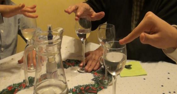 Hacer cantar las copas es un buen entretenimiento para las sobremesas familiares.