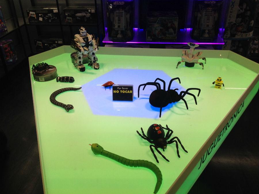 Pequeños robots corretean por Juguetrónica constantemente