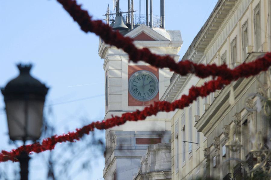 El reloj de la Puerta del Sol da las doce campanadas para tomarse las uvas de la suerte en Nochevieja.
