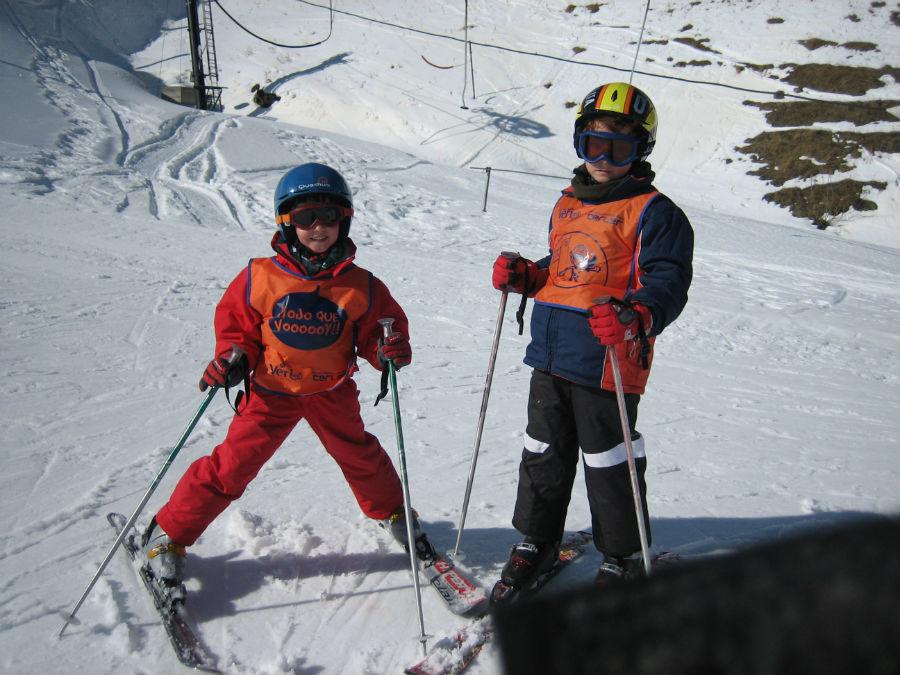Ropa, equipación, alojamiento, manutención,... os contamos cómo economizar en tus vacaciones de esquí.