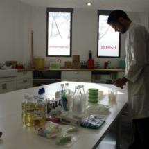 Monitor preparando el taller de ciencia de Mr. Willbe