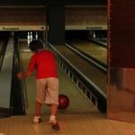 Los pequeños juegan con algo de ventaja: unas barandillas evitan que sus bolas se salgan de la pista
