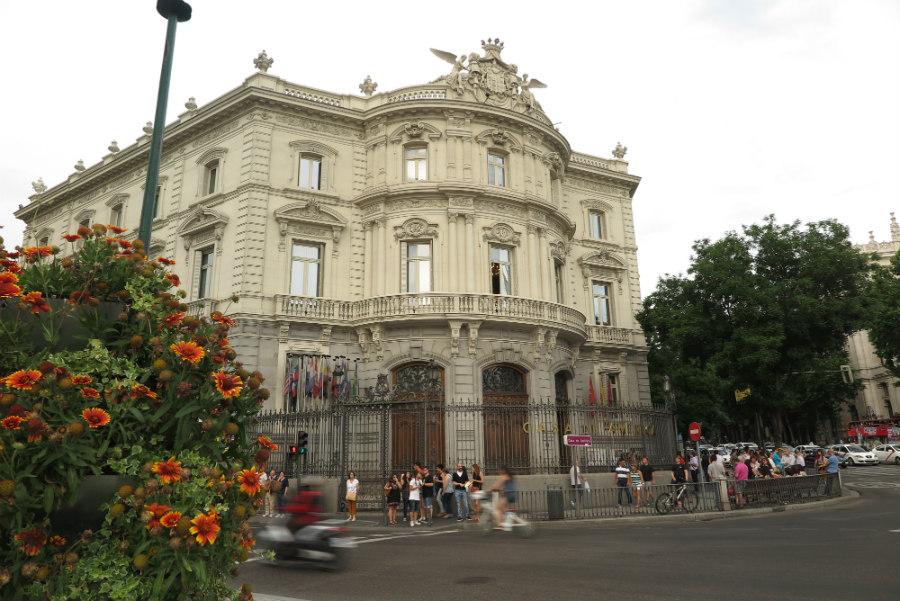 Fachada principal del Palacio de Linares, en Madrid