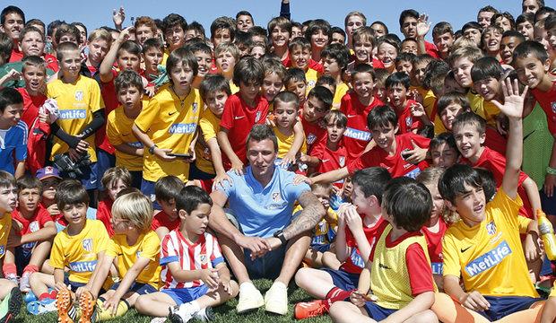 En este campamento, los niños aprenden a jugar al fútbol... en inglés