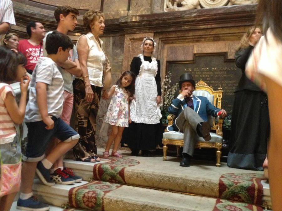 Escena de la visita teatralizada al Palacio de Linares