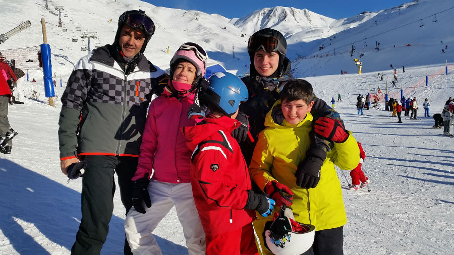 Viaje de esquí barato: cómo organizar unas vacaciones en la nieve en familia.