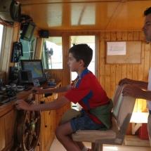 Los niños pueden conducir el barco en esta excursión por la Bahía de Cádiz