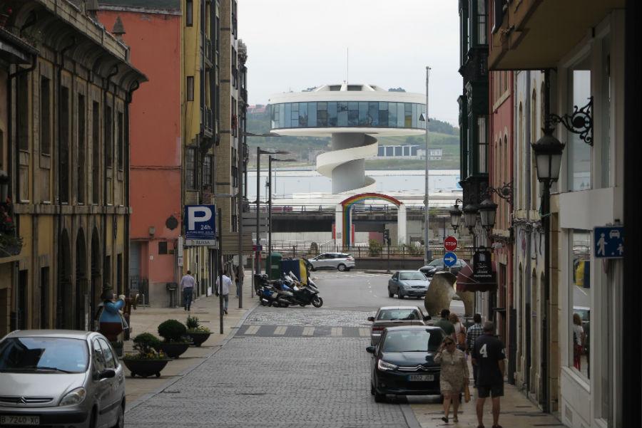 Calle de Avilés con el Centro Niemeyer al fondo